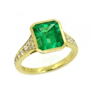 Bezel set emerald tapering pave' shank yellow gold