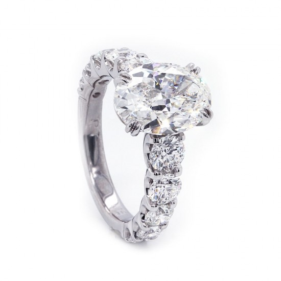 Oval Diamond Ring Graduated Sides
